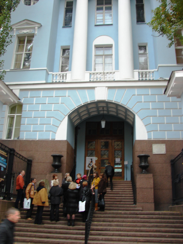 Біля входу у будівлю науково-природничого музею НАНУ